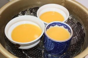 蒸し器を用意し茶碗を並べ蓋をし、3分程度強火の後12分程中火で蒸す。2
