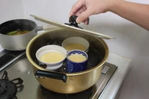 蒸し器を用意し茶碗を並べ蓋をし、3分程度強火の後12分程中火で蒸す。3